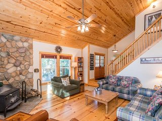 Cozy cabin with free WiFi, wood stove, close to village and lake!