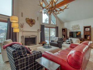 Comfortable house w/ private hot tub, fireplace, entertainment & mountain views!