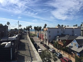Venice Beach Private Apartment Half a street from the beach/boardwalk!