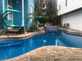 4 BR-Sleeps 8! Famous Landmark Next to Bourbon St!