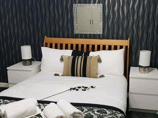 Modern 2 bedroom flat, free parking,free WiFi , COMPLIMENTARY tea & coffee
