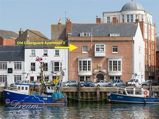 OLD COASTGUARD APT 2, all en-suite bedrooms, sleeps 8, harbour views, Weymouth