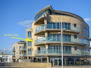 HORIZON VIEW, Beachside, balcony, sea views, sleeps 4, West Bay