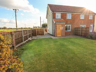 27 WHITEGATES, off-road parking, countryside views, Ludham