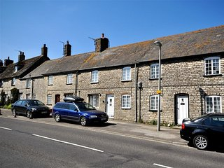 TAVERN WAY, Stone Cottage, sleeps 4, centre village location, parking, Corfe Cas