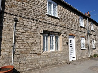TAVERN WAY, Stone Cottage, sleeps 4, centre village location, parking, Corfe