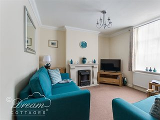 TEAL COTTAGE, Sleeps 6, just moments from beach, WiFi, Courtyard, Weymouth.