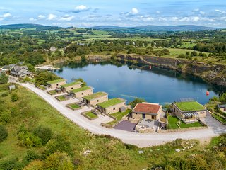 Jackdaw Quarry Retreat, lake views, hot tub, sauna, in Carnforth