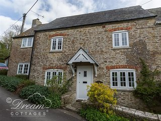 THE OLD READING ROOM, sleeps 5, village location, close to coast path walks