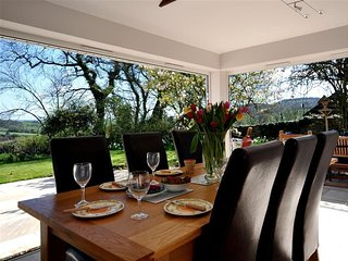 CULVERWELLS, sleeps 8, peaceful countryside location, large private garden, bi