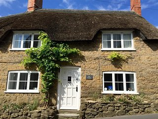 LILAC COTTAGE, thatched cottage, sleeps 4, close to pub, short walk to beach, Bu