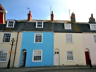OYSTER COTTAGE, hop and a skip to Harbourside, WiFi, Parking permit, central