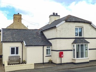 BODLAWEN, 5 bedrooms, woodburner, WiFi, Corwen