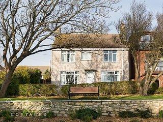 SANDSFOOT HOUSE, sleeps 6, sea views, 2 mins to beach, WiFi, Weymouth