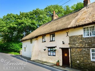 NUT COTTAGE, Thatched cottage, close to beach, WiFi, West Lulworth
