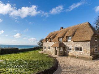 PITT COTTAGE, Thatched cottage, sea views, sleeps 6, pet friendly, Ringstead