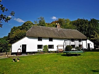 MILTON MILLS, Sleeps 6, Thatched Cottage, pretty chocolate box village, parking