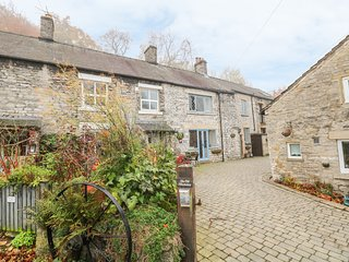 LABURNUM COTTAGE, electric fire, WiFi, beams, in Castleton