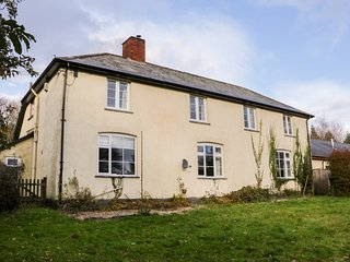 THE OLD FARM HOUSE, generous space, woodburning stove, in Dulverton