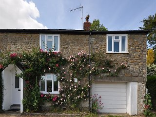 PEAR TREE COTTAGE, Rural cottage, sleeps 6, Cottage garden, 1 Dog Welcome, West