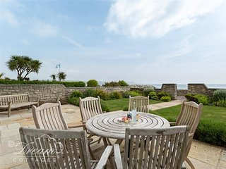 BEACH VIEW APARTMENT 2, three bedrooms, sea views, garage in Weymouth.