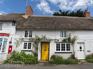 APPLE TREE COTTAGE, Thatched cottage, sleeps 4, central village location, 10 min
