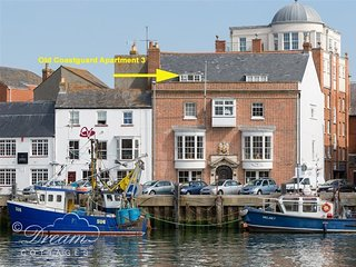OLD COASTGUARD APT 3, spacious harbourside apartment, 3 en-suite bedrooms, WiFi,