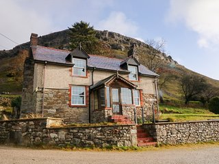 THE PANORAMA FARMHOUSE, Hot tub, 4 bedrooms, Woodburner, Llangollen
