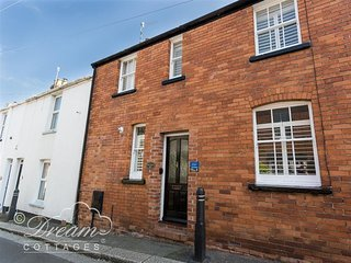 PIXIE COTTAGE, Sleeps 4, close to harbour, WiFi, 1 Dog, Weymouth