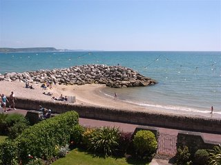 WEYMOUTH BAY APARTMENT B, First floor, sleeps 7, Sea views, close to town