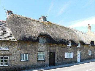 FARRIERS LODGE, Thatched cottage, sleeps 4, WiFI, Enclosed garden, Corfe Castle