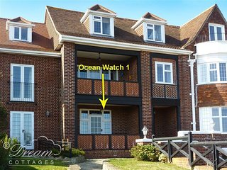 OCEAN WATCH 1, Sleeps 4, Ground floor apartment, Sea views, close to beach