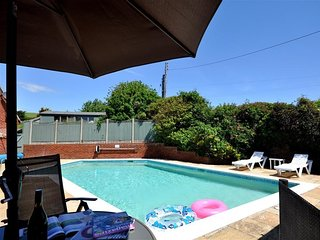 THE BEECHES, sleeps 4, swimming pool, WiFi, Burton Bradstock