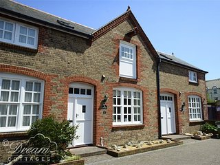RUPERT COTTAGE, Converted stable, sleeps 4, close to harbour, WiFi, Weymouth