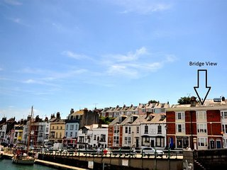 BRIDGE VIEW, sleeps 8, harbourside location, bridge views, Weymouth