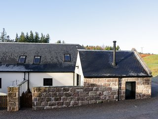 No. 4 STEADING COTTAGE, rural location, hot tub, near Banchory