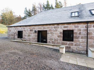 No.4 STEADING COTTAGE, rural location, hot tub, near Banchory