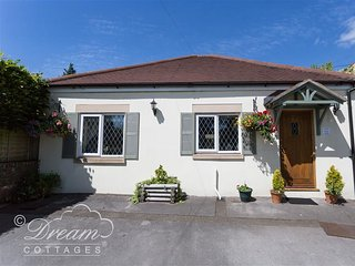 TOLL LODGE, sleeps 4, Woodburner, off road parking, Frampton