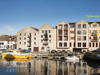 HARBOURSIDE APARTMENT, Harbour views, close to shops and bars, sleeps 4, WiFi, W
