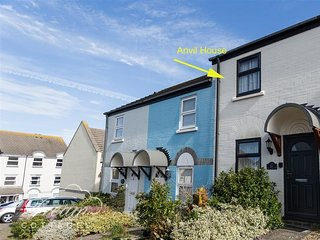 ANVIL HOUSE, sleeps 4, , close to harbour, parking, Weymouth