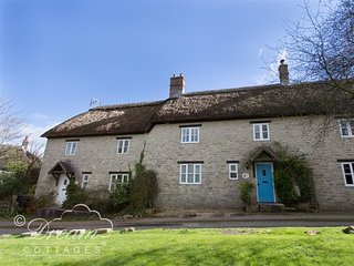 BLOSSOM COTTAGE, Thatched cottage, sleeps 7 Wifi, Parking, Osmington