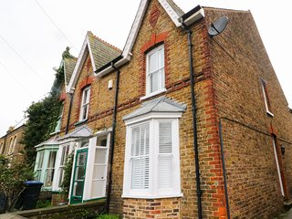NEWDEN COTTAGE, pet-friendly, central location, in Whitstable