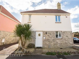SEAGULLS WEST BAY, Modern house, sleeps 6, close to beach and shops in West Bay