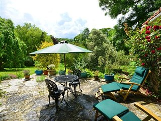 SIXPENNY COTTAGE, sleeps 2, village location, c4 miles to beach, Upwey.