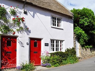 POPPA'S COTTAGE, thatched cottage, perfect couple retreat, village location
