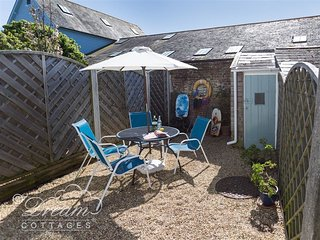 SEAHOLME, Sleeps 5, cute cottage, close to harbour, Weymouth,