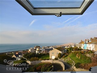 LANGHAM COTTAGE, Terraced cottage with sea views, Sleeps 4, Log Burner, WiFi, Po
