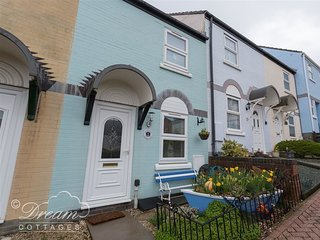 THE LOBSTER, sleeps 4, Close to the harbour, WiFi, Short walk to beach, Weymouth