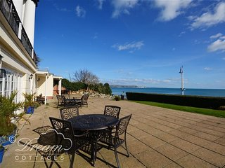 SEASCAPE, Ground floor apartment, seafront position, WiFi, off road parking