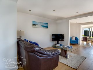 TIDES CORNER, Ground floor apartment, Sleeps 4, off road parking, close to beach